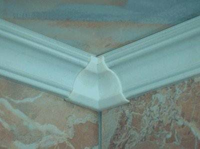 Как вырезать плинтус на потолок - с применением специальной вставки