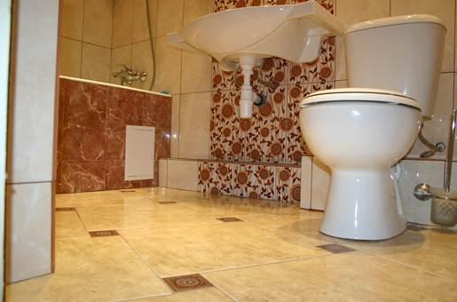 Керамическая плитка идеально подходит для укладки в помещениях с высокой влажностью