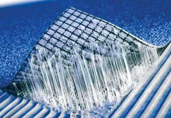 Клей ПВА для линолеума – один из возможных вариантов, он хорош своей привычностью использования, но важно правильно выбрать производителя, бойтесь его избыточной водянистости