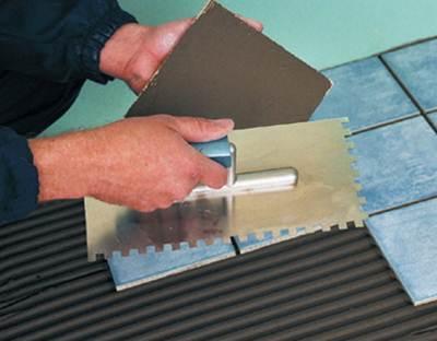 Клей также можно наносить непосредственно на плитку