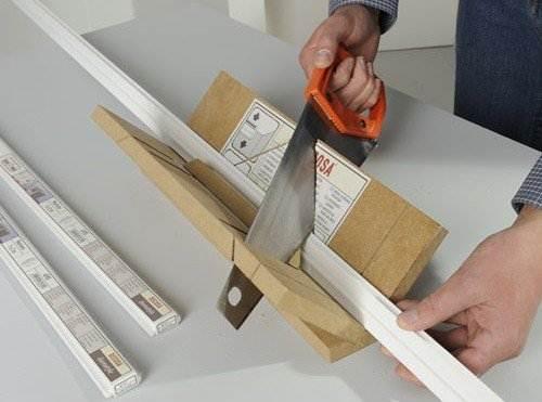 Компактное стусло для распила потолочных панелей.
