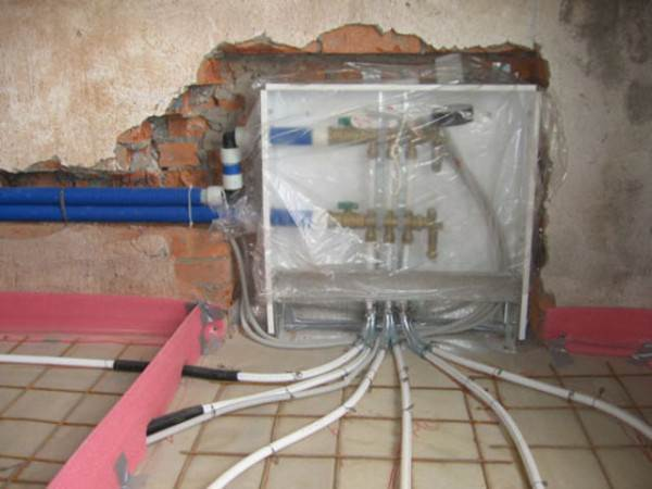 Корпус шкафа и трубы, проложенные в штробах