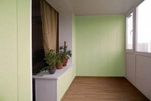 Красивый и стильный балкон с полом из ламината