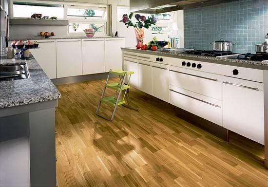 Кухонный пол покрыт ламинатом.