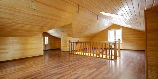 Ламинат в деревянном доме на фото