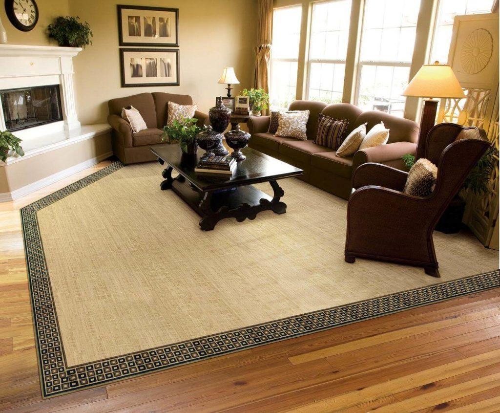 стильный коричневый коврик на ламинатном полу