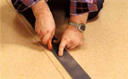 Листы кладут внахлест и режут под линейку.
