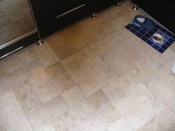 Лужа под мойкой - довольно типичная ситуация на кухне.
