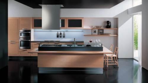 Любительское фото оформления кухни с ярко выраженной мебелью