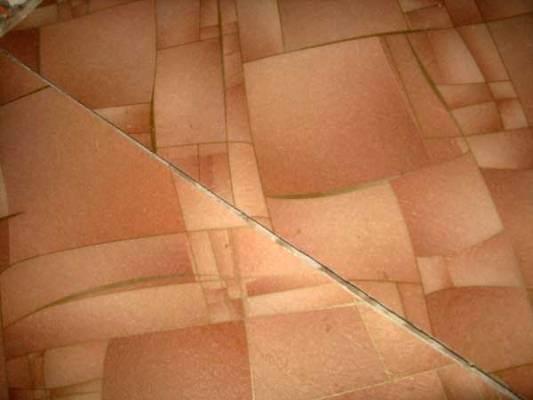 Любительское фото, показывающее расхождение швов зафиксированных при помощи клея в результате усыхания материала