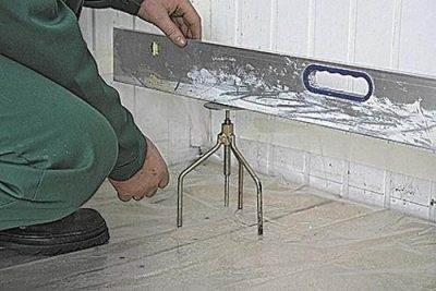 Любительское фото, показывающее установку реперов по водяному уровню
