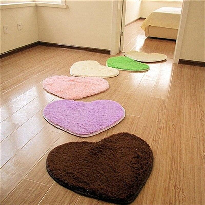 Маленькие коврики на паркетном полу