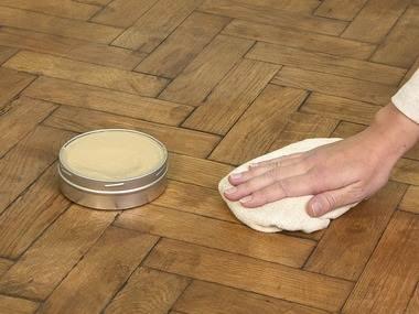 Мастика для выравнивания деревянного пола легко наносится на поверхность