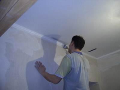 Место соприкосновения деталей со стенами и потолком следует тщательно обработать.