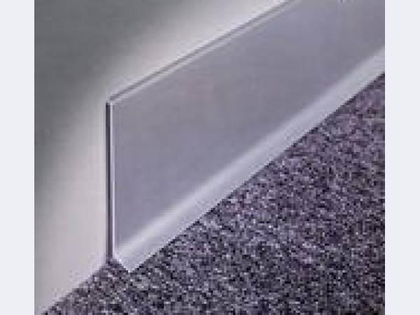 Металл отлично сочетается как с плиткой, так и с ковролином