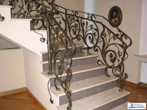 Металлическая кованая лестница, которая предполагает два варианта крепления