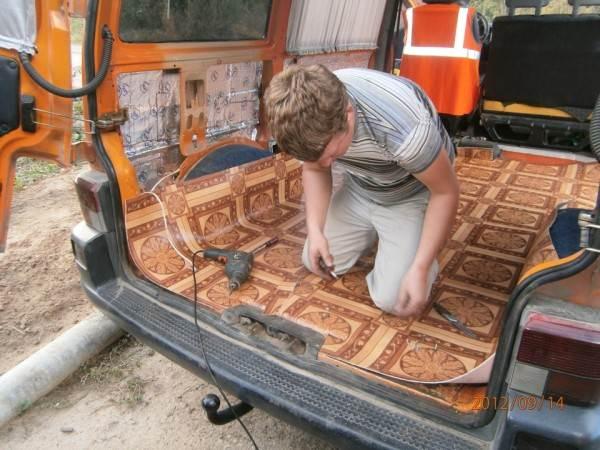 Монтаж линолеума на пол для автомобиля