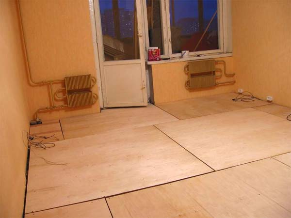 Монтаж листов на пол не вызывает никаких проблем даже у неподготовленного строителя.