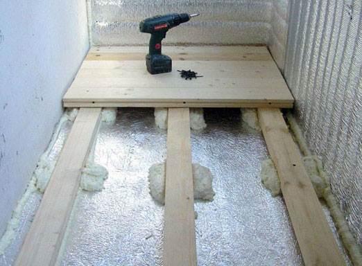 Монтажную пену нельзя использовать в качестве подкладок для выставления уровня лаг, поскольку под нагрузкой она изменит форму, но она отлично подойдет для дополнительной фиксации деревянных шаблонов