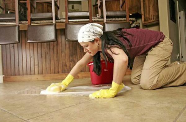 Моющие жидкости, в составе которых имеется хлор, не рекомендуется использовать для мытья полов в небольших помещениях