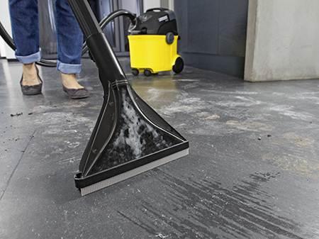 Моющий пылесос оставляет после себя влагу, поэтому подходит не ко всем напольным покрытиям.