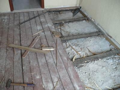 На деревянных полах не только требуется избавиться от грязи, но и устранить все сгнившие элементы