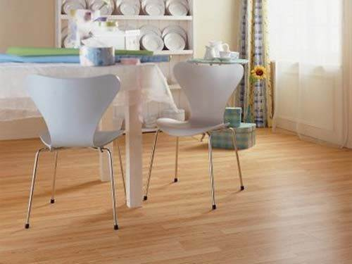 На фото - ламинат в интерьере кухни