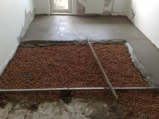 На фото - под бетонной стяжкой керамзит – сыпучий утеплитель