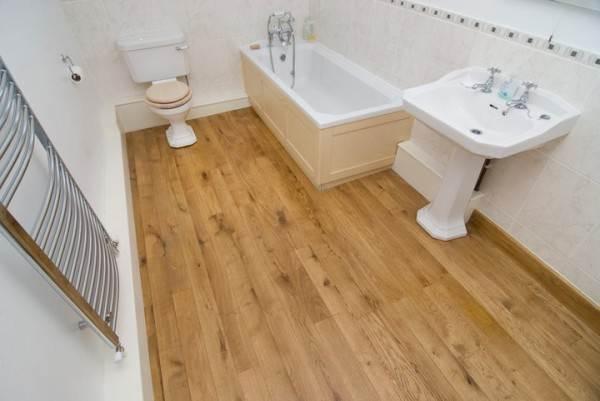 На фото – деревянный пол в ванной.