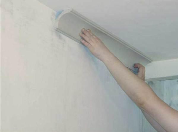 На фото – монтаж потолочных плинтусов.