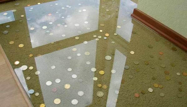 На фото – наливной пол декорированный монетами
