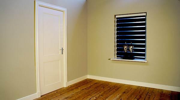 На фото – окантовка в тон косяков двери.