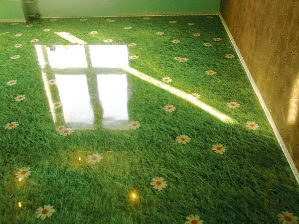 На фото – пол в спальне, представленный в виде ромашкового поля
