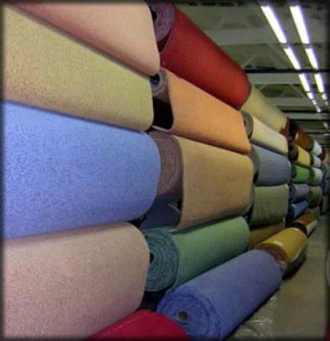 На фото – рулоны ковролина различного цвета и ширины.