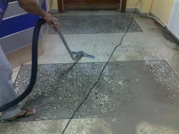 На фото – сухая уборка предшествует влажной.