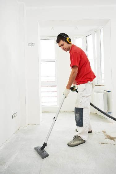 На фото – удаление пыли с бетонного пола.
