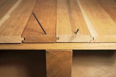 На фото – укрепление деревянного пола посредством гвоздей.
