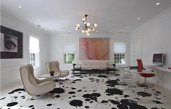 На фото дверь и плинтуса подобраны под один из цветов, который присутствует на наливном покрытии, а также под мебель.