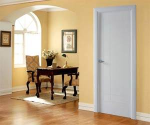 На фото изображено неудачное решение, где пол имеет светло-коричневый окрас, который сочетается с белыми плинтусами и белой, но с голубоватым отливом, дверью.