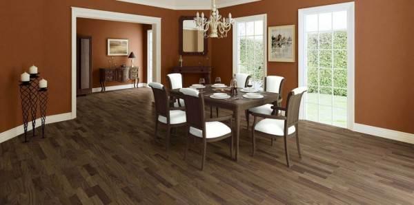 На фото изображены планки белого цвета, продолжающие арочное обрамление, которые подобраны под рамы, мебель и отлично сочетаются с дубовым темным полом.