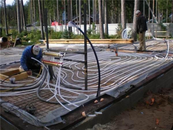 На фото показан монтаж теплого пола на грунт до постройки дома