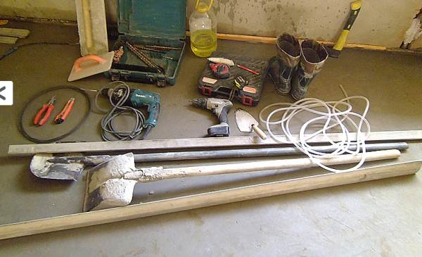 На фото показан набор инструментов для устройства стяжки пола