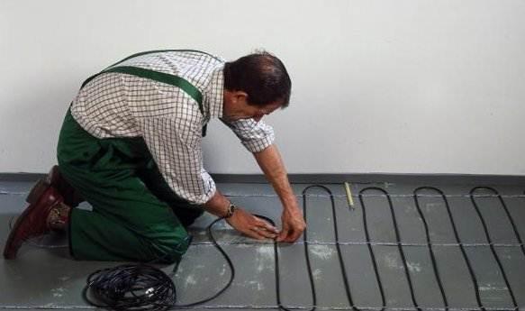 На фото показан процесс монтажа кабельного пола с подогревом.