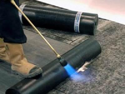 На фото показан процесс приклеивания с помощью газовой горелки