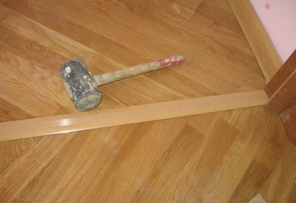 На фото показано использование порожка в дверном проеме