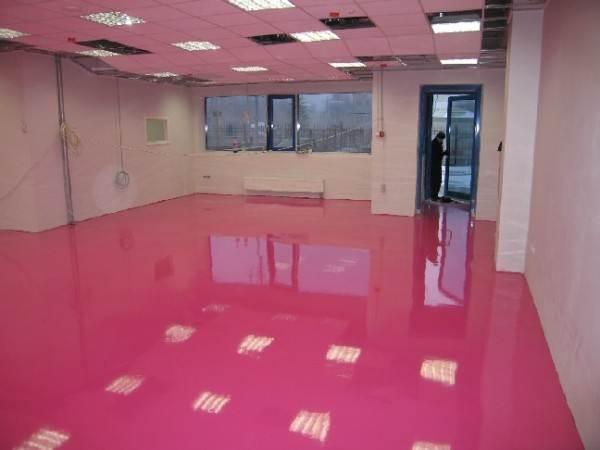 На фото показано, как одинаковое основание и потолок могут создать давящую атмосферу и уменьшить в высоту комнату.