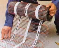 На фото способ уйти от работы с проводами – использование уже готовой монтажной сетки. Такие полы с электро подогревом монтируются буквально за полчаса