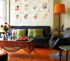 На фото заметно, что если бы в интерьере отсутствовал оранжевый абажур, то стиль помещения, где присутствует красноватый пол, многое потерял бы.