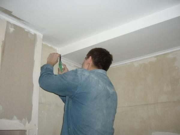 Начинать монтаж потолочного плинтуса следует только после тщательной подготовки поверхности.