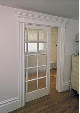 Наиболее популярным из различных вариантов сочетаний является установка стеклянных дверей в помещении с деревянными полами.